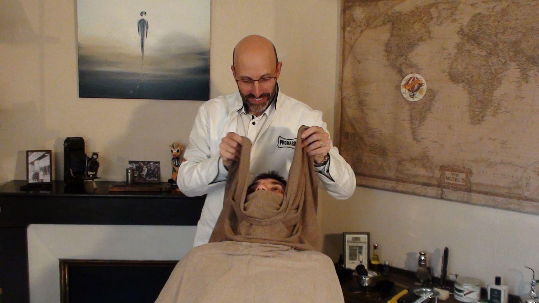 les gestes du barbier avec la serviette chaude